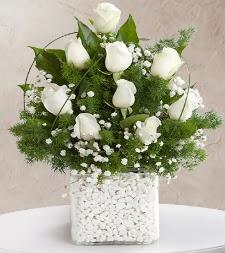 9 beyaz gül vazosu  Kahramanmaraş uluslararası çiçek gönderme