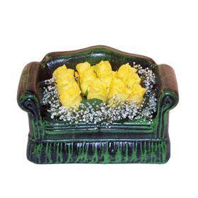 Seramik koltuk 12 sari gül   Kahramanmaraş anneler günü çiçek yolla