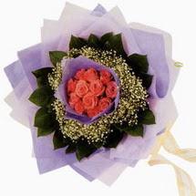12 adet gül ve elyaflardan   Kahramanmaraş çiçek online çiçek siparişi