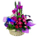 çikolata ve sepette çiçek   Kahramanmaraş çiçek siparişi vermek