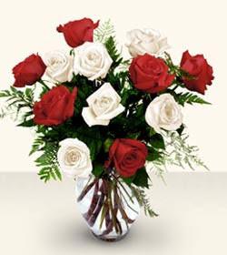Kahramanmaraş çiçek gönderme sitemiz güvenlidir  6 adet kirmizi 6 adet beyaz gül cam içerisinde