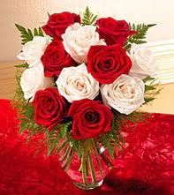 Kahramanmaraş çiçek gönderme sitemiz güvenlidir  5 adet kirmizi 5 adet beyaz gül cam vazoda