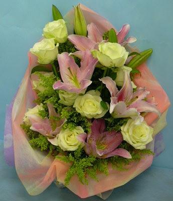11 adet gül ve 2 adet kazablanka buketi  Kahramanmaraş çiçek mağazası , çiçekçi adresleri