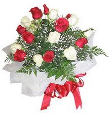 Kahramanmaraş 14 şubat sevgililer günü çiçek  12 adet kirmizi ve beyaz güller buket
