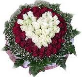 Kahramanmaraş ucuz çiçek gönder  27 adet kirmizi ve beyaz gül sepet içinde