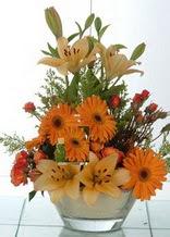 Kahramanmaraş çiçek , çiçekçi , çiçekçilik  cam yada mika vazo içinde karisik mevsim çiçekleri