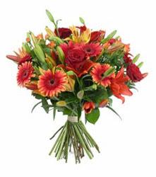 Kahramanmaraş cicek , cicekci  3 adet kirmizi gül ve karisik kir çiçekleri demeti