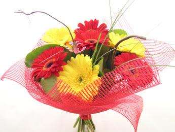 9 adet gerbera çiçeklerinden buket  Kahramanmaraş uluslararası çiçek gönderme