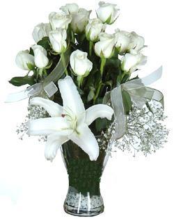 cam içerisinde 11 beyaz gül ve 1 kazablanka  Kahramanmaraş çiçek servisi , çiçekçi adresleri
