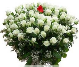 Kahramanmaraş çiçek mağazası , çiçekçi adresleri  100 adet beyaz 1 adet kirmizi gül buketi