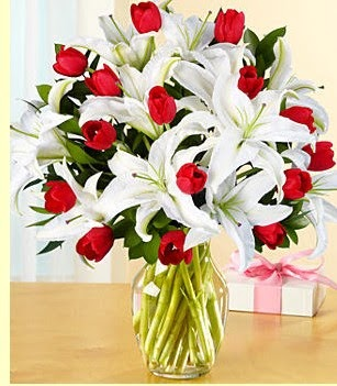 Kahramanmaraş çiçek servisi , çiçekçi adresleri  3 kazablanka 10 kırmızı gül vazosu