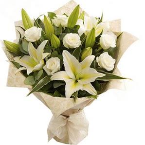 Kahramanmaraş çiçek gönderme  3 dal kazablanka ve 7 adet beyaz gül buketi
