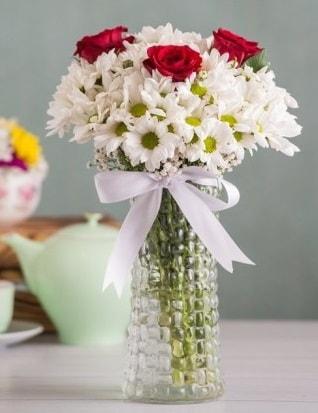 Papatya Ve Güllerin Uyumu camda  Kahramanmaraş çiçek siparişi vermek