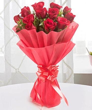 12 adet kırmızı gülden modern buket  Kahramanmaraş online çiçek gönderme sipariş