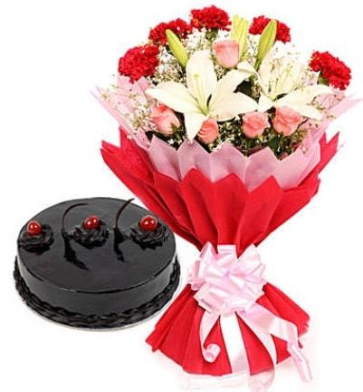 Karışık mevsim buketi ve 4 kişilik yaş pasta  Kahramanmaraş çiçek online çiçek siparişi